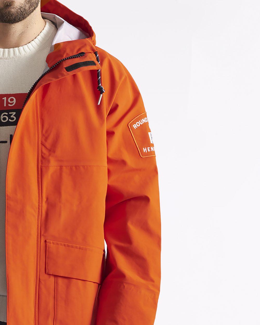Yksityiskohta miesten oranssista takista