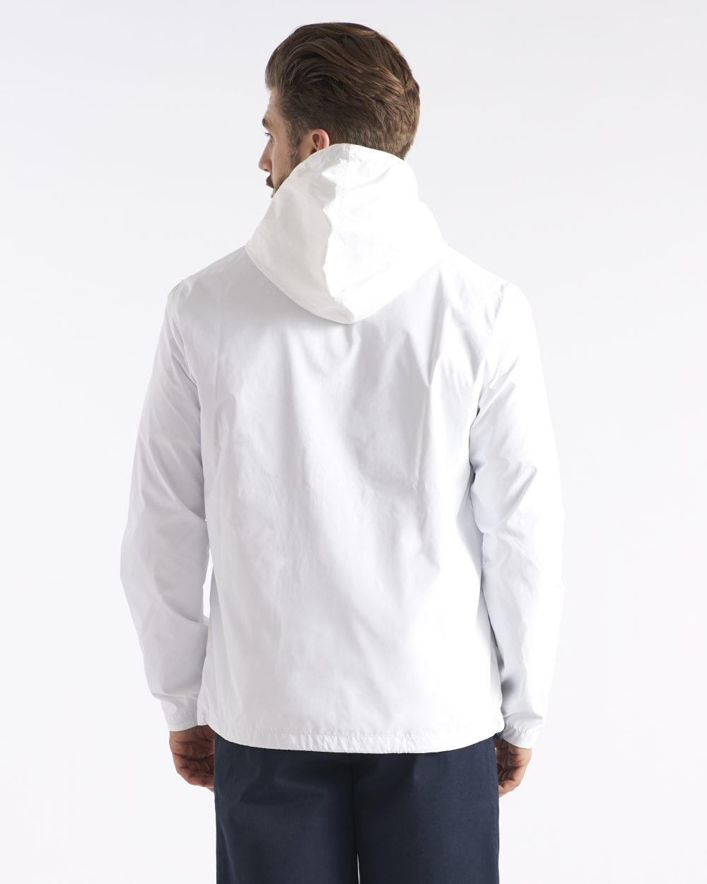 Miesten valkoinen hupullinen takki takaapäin
