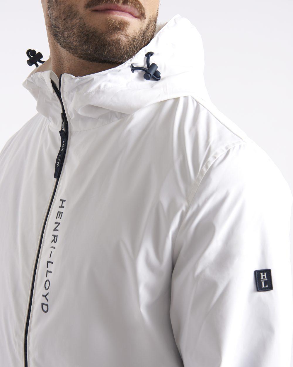 Lähikuva miesten valkoisesta hupullisesta takista