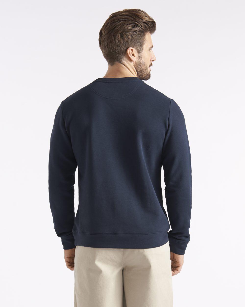 Miesten tummansininen collegepaita näyttävällä logolla sekä applikoinnilla takaapäin